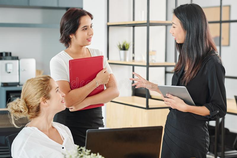 Équipe de femmes d'affaires travaillant au bureau images stock