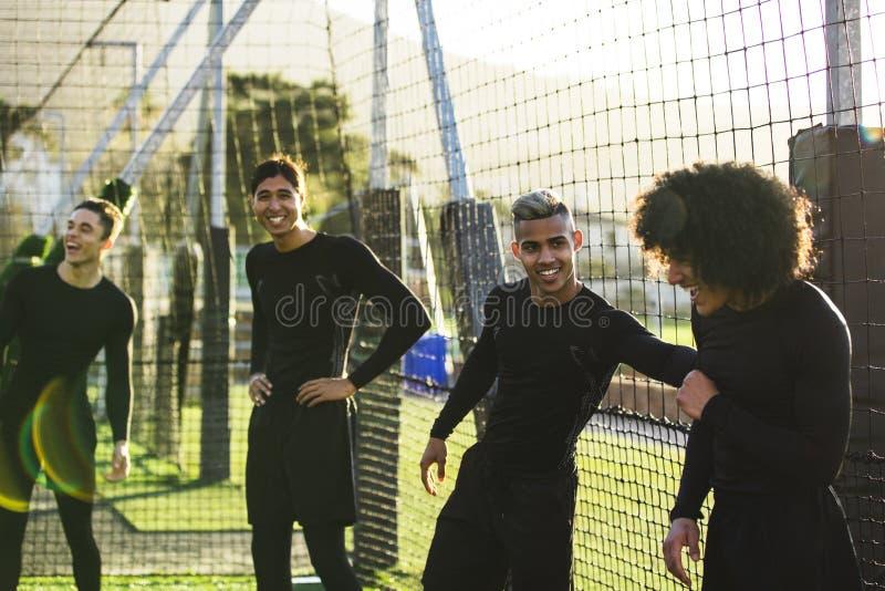 Équipe de football ayant l'amusement pendant la pratique photos libres de droits