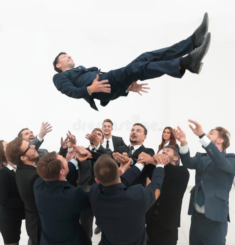 Équipe de grande entreprise basculant leur chef photo libre de droits