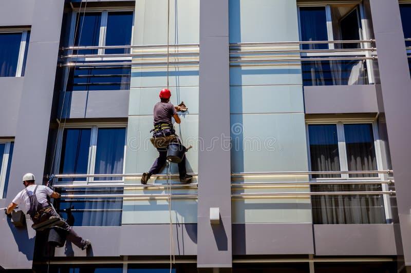 Équipe de grimpeurs industriels au travail, ils lavent f de construction photos libres de droits