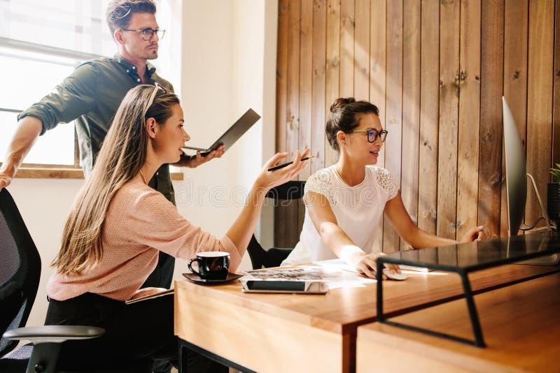 Équipe de jeune entreprise travaillant sur l'ordinateur images libres de droits