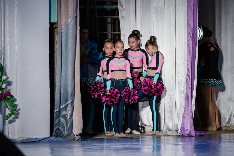 Équipe de jeunes filles - les athlètes se préparent à l'exposition, beaucoup de jeunes majorettes se tiennent sur l'étape derrièr photos libres de droits