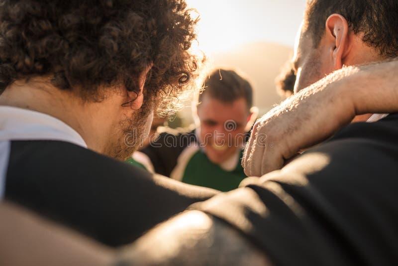 Équipe de joueurs de rugby dans un petit groupe photographie stock libre de droits