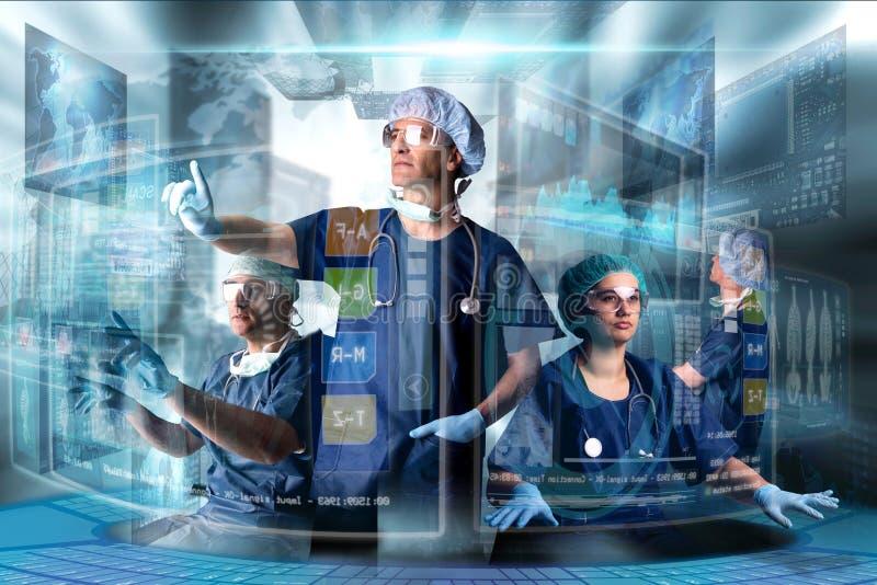Équipe de médecins avec des écrans photos stock