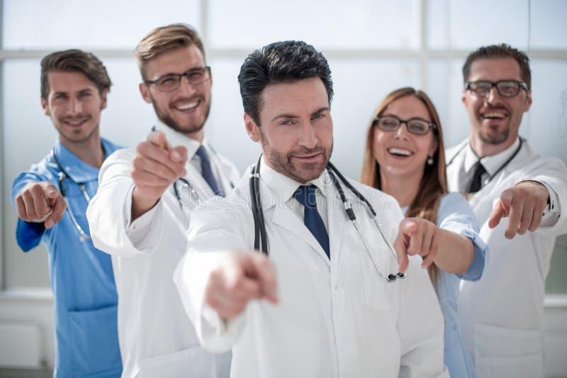 Équipe de médecins et d'infirmières, se dirigeant à vous image libre de droits