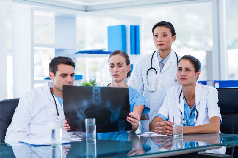 Download Équipe De Médecins Regardant Le Rayon X Image stock - Image du pointage, quatre: 56482011