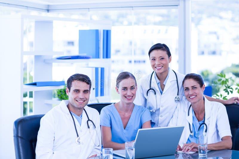 Download Équipe De Médecins Souriant à L'appareil-photo Image stock - Image du femelle, ordinateur: 56482647