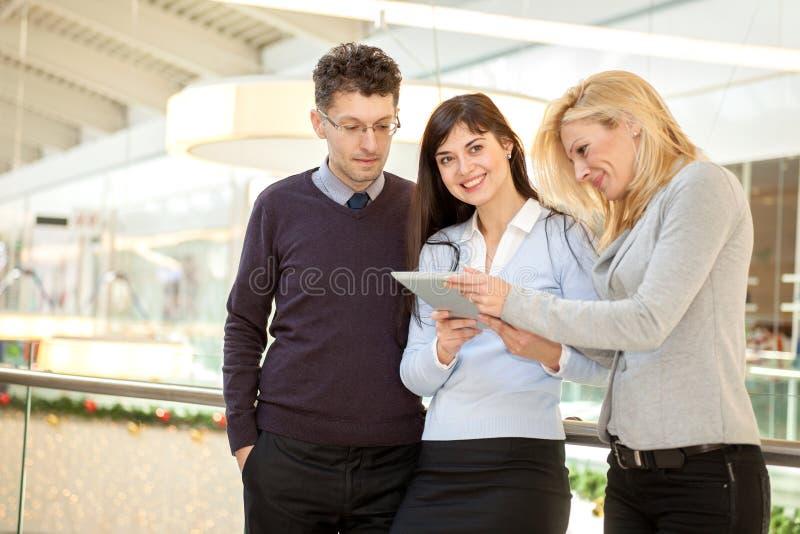 Équipe de marchandiseur réussi vérifiant des produits disponibles avec images libres de droits