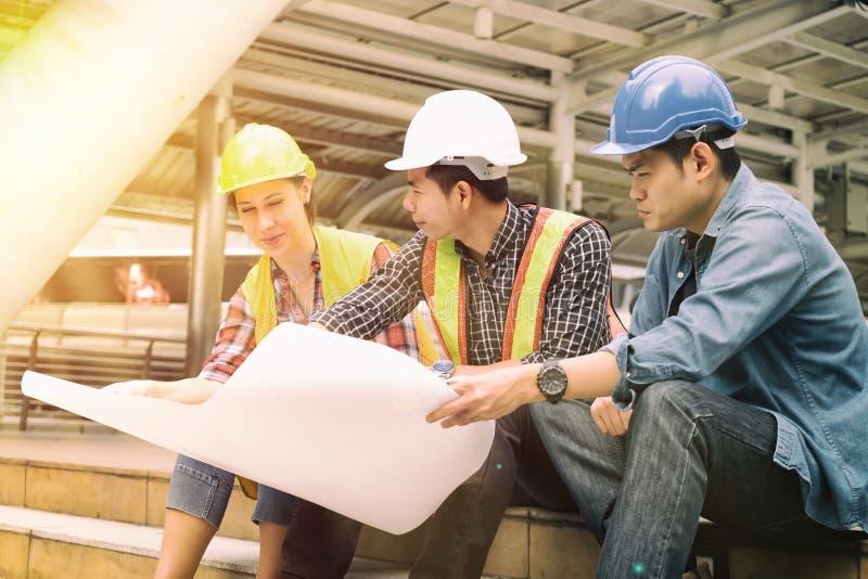 Équipe de personnes d'ingénierie sur le chantier de construction image libre de droits