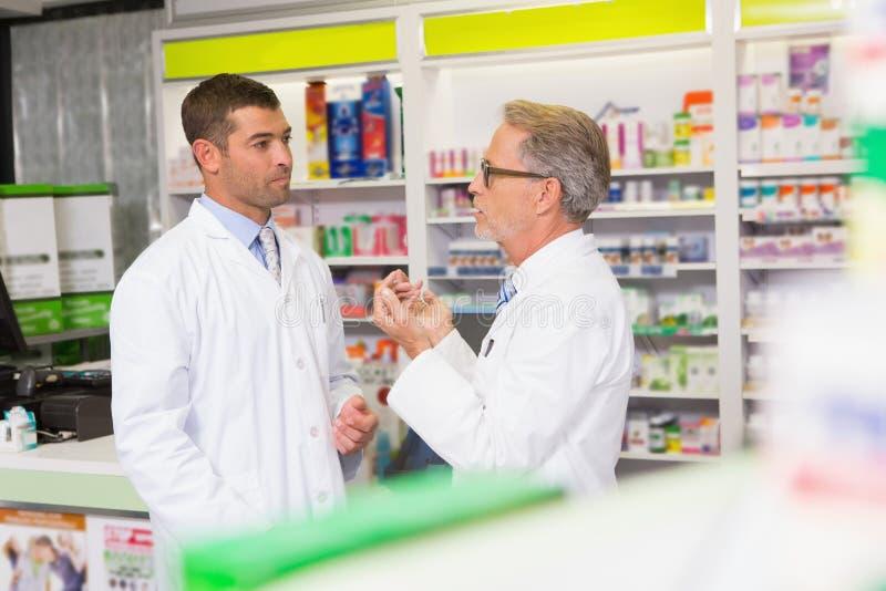 Équipe de pharmacien parlant ensemble photo stock