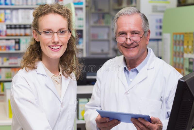 Équipe de pharmaciens souriant à l'appareil-photo image libre de droits