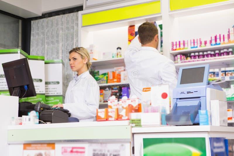 Équipe de pharmaciens travaillant ensemble image libre de droits