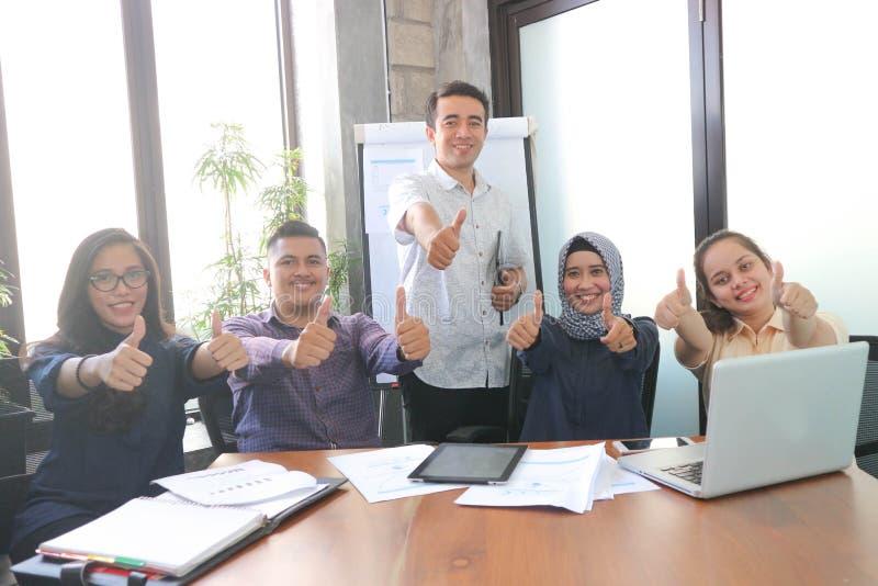 Équipe de portrait d'affaires d'Asiatiques à l'intérieur à l'intérieur de bureau de pièce avec les fenêtres et l'usine image stock