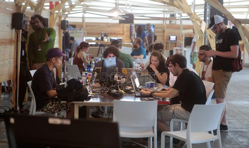 Équipe de programmeurs de Coworking au travail au loin photographie stock