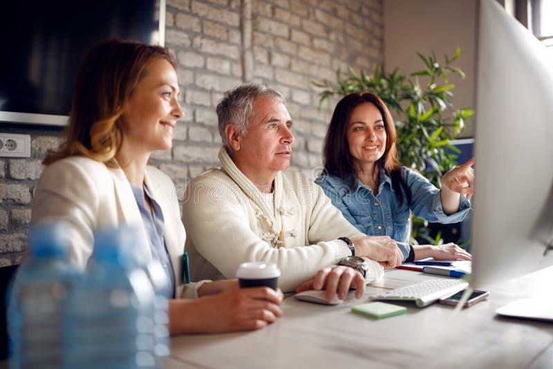 Équipe de réunion de séance de réflexion - discussion de collègues sur des affaires je photo libre de droits