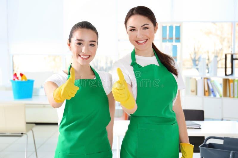 Équipe de service de nettoyage au travail photo stock