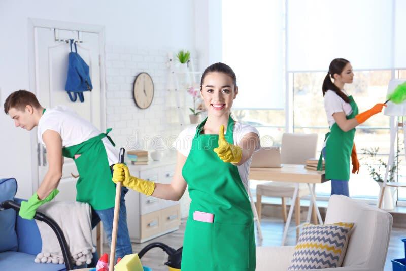 Équipe de service de nettoyage travaillant dans la chambre image libre de droits