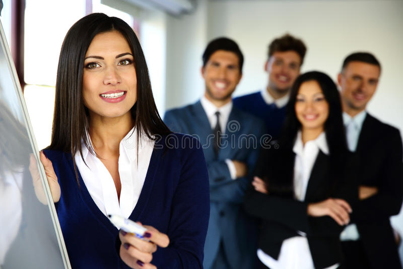 Équipe de sourire d'affaires avec le conseil de secousse photographie stock libre de droits