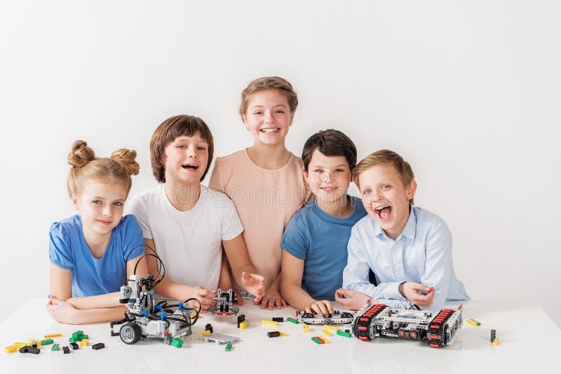 Équipe de sourire gaie de jeunes techniciens photos stock