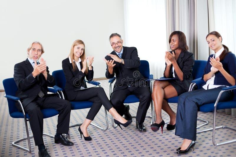 Équipe des hommes d'affaires réussis heureux images stock
