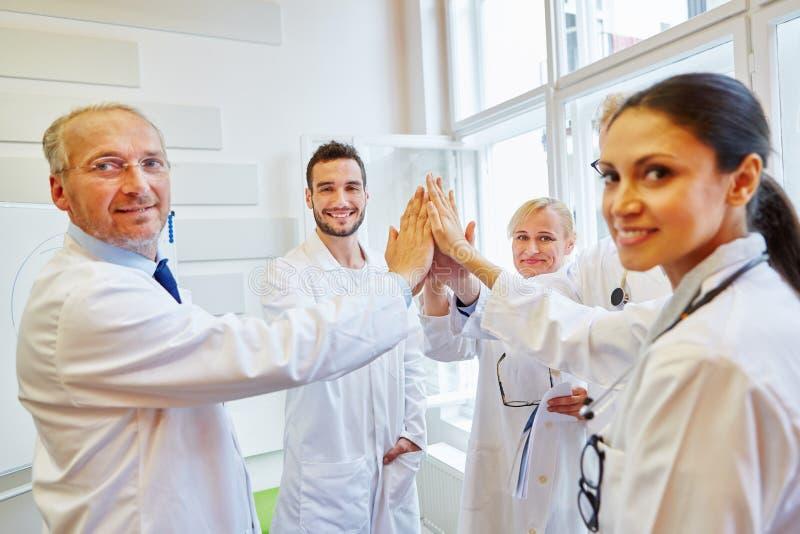 Équipe des médecins hauts cinq images libres de droits