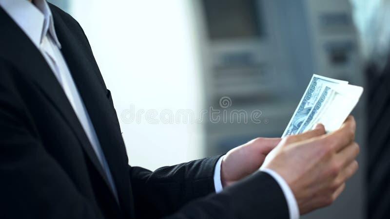 Équipe des mains comptant des dollars, affaires illégales, plan de pyramide, corruption image libre de droits