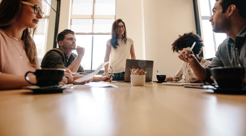 Équipe diverse d'affaires ayant une réunion dans la salle de réunion de bureau images libres de droits