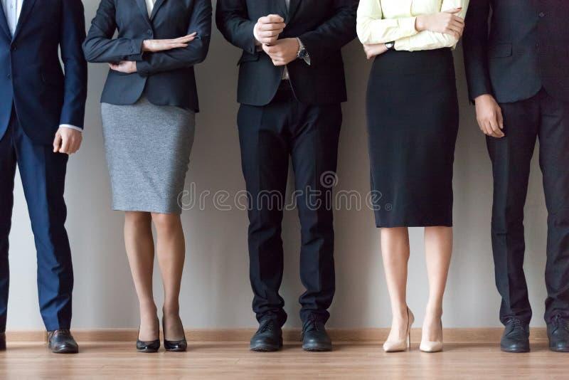 Équipe diverse de travail tenant le mur proche de bureau dans la file d'attente images libres de droits