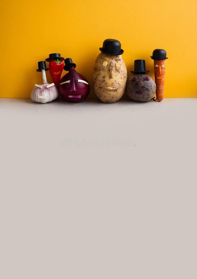 Équipe drôle de légumes Carotte de poivre de betteraves d'oignon rouge de pomme de terre Vieilles usines de caractères de style d photos stock