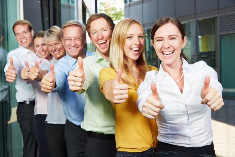 Équipe encourageante d'affaires tenant des pouces  images stock