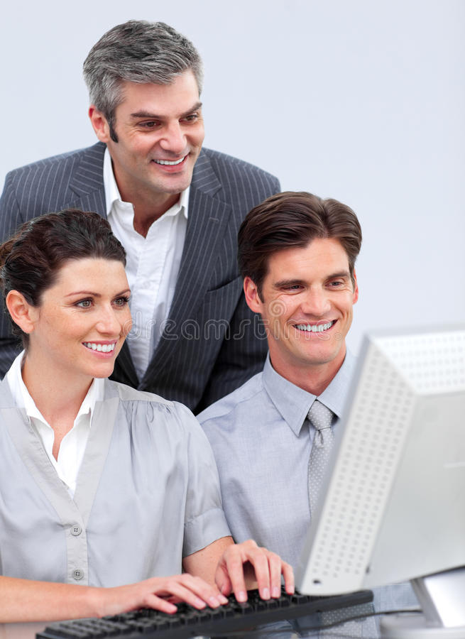 Équipe enthousiaste d'affaires travaillant à un ordinateur image stock