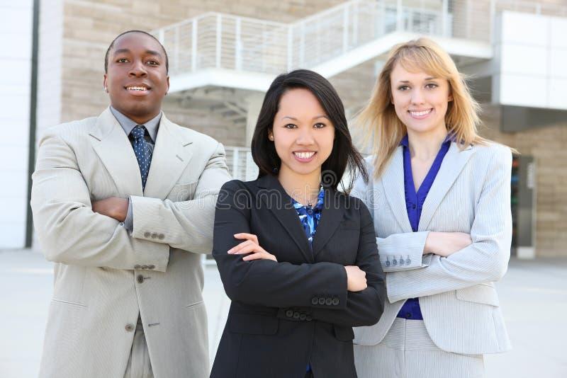 Équipe ethnique d'affaires (orientation sur la femme moyenne) photographie stock