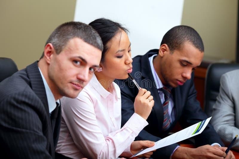 Équipe ethnique multi d'affaires lors d'un contact image libre de droits