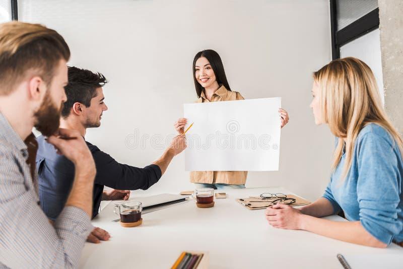 Équipe gaie de directeur travaillant ensemble photos stock