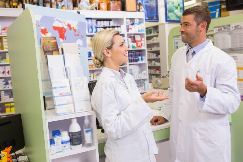 Équipe gaie de pharmacien parlant ensemble photographie stock libre de droits