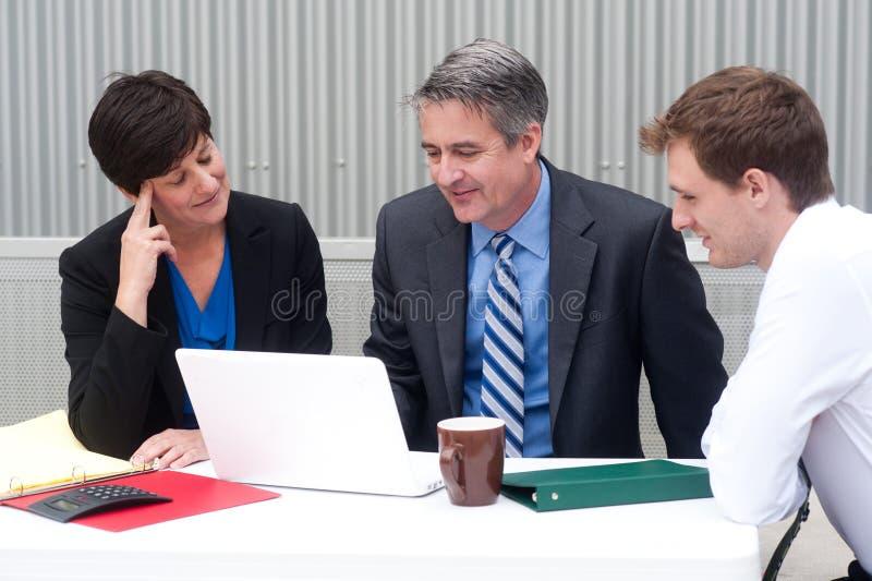 Équipe heureuse d'affaires au bureau photographie stock