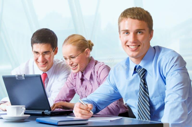 Équipe heureuse d'affaires au bureau images stock