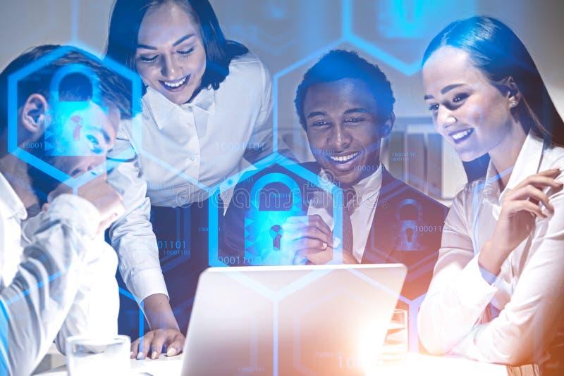 Équipe heureuse d'affaires, sécurité en ligne images libres de droits