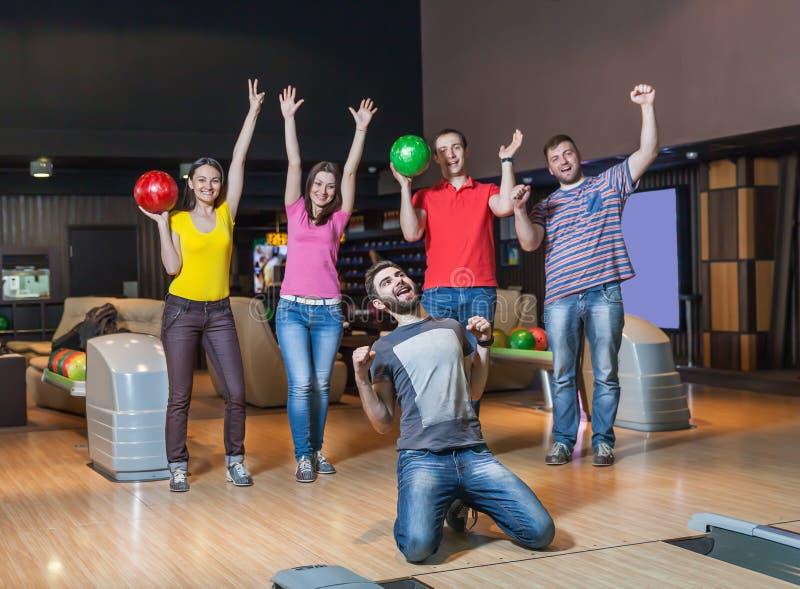 Équipe heureuse dans le bowling photos stock