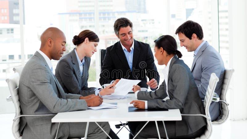 Équipe internationale d'affaires lors d'un contact photo libre de droits