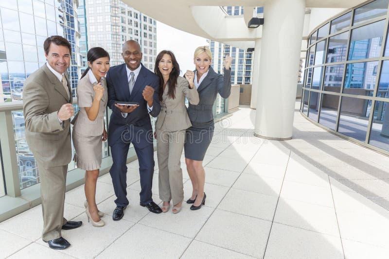 Équipe interraciale d'affaires d'hommes et de femmes avec l'ordinateur de tablette photos libres de droits