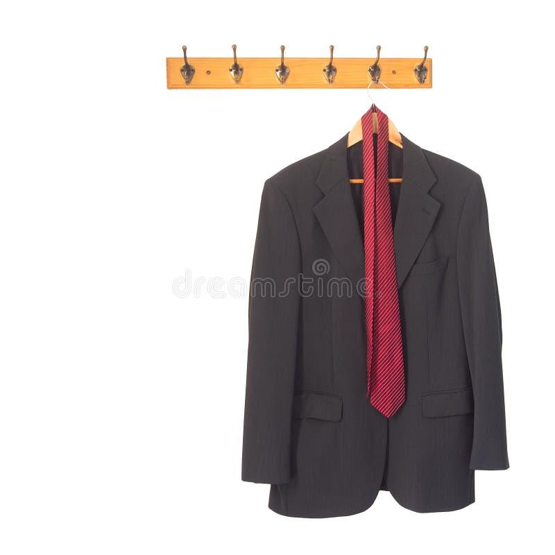 Équipe la veste et le lien gris de costume sur le cintre, accroché et d'isolement sur le blanc Retraite, concept de redondance ou photos stock