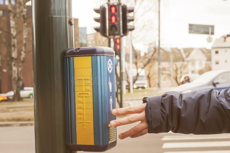 A équipe le bouton émouvant de contact de feux de signalisation de main photo libre de droits