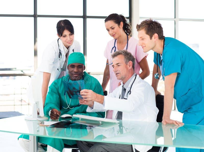 Équipe médicale étudiant un rayon X images stock