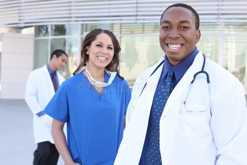 Équipe médicale diverse réussie photographie stock libre de droits