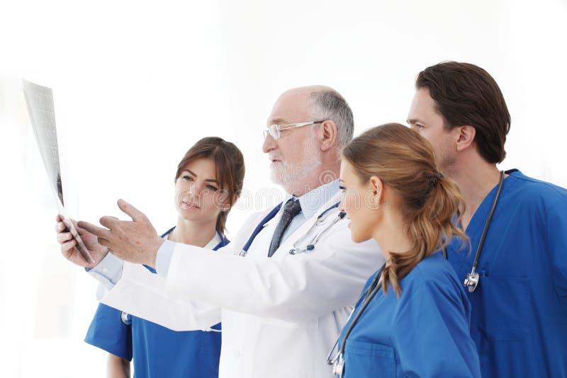 Équipe médicale vérifiant des résultats de rayon X image stock