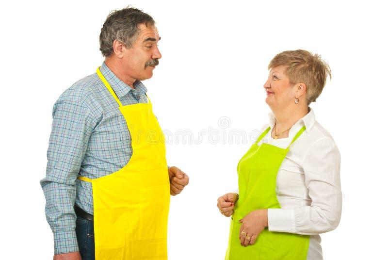 Équipe mûre de parler de chefs photos stock