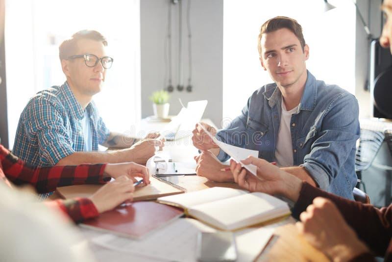 Équipe moderne d'affaires au travail image stock