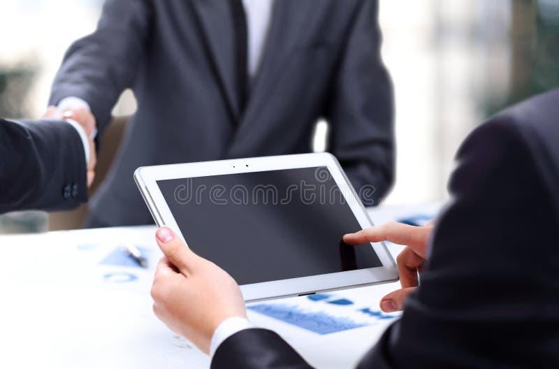 Équipe moderne d'affaires utilisant le comprimé photographie stock