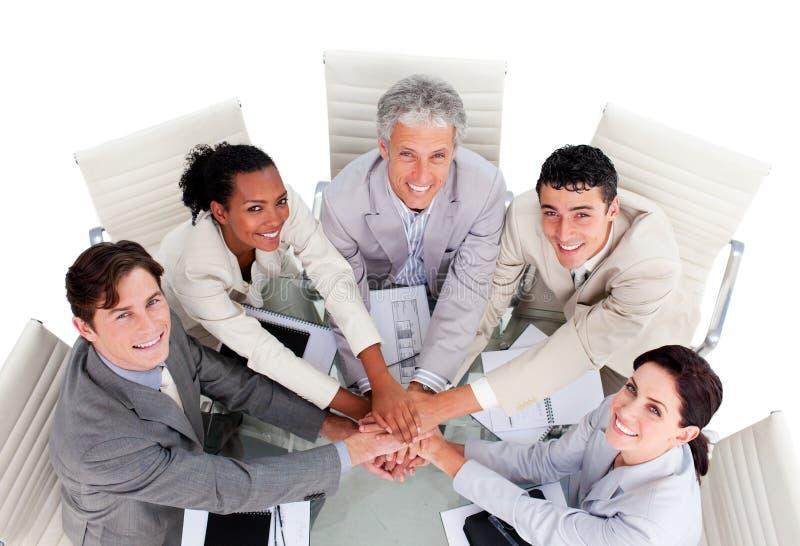 Équipe multi-ethnique gaie d'affaires lors d'un contact images libres de droits